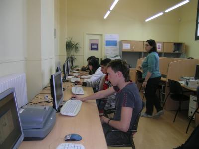 Primer dia de classe d'uns alumnes de la UEC al telecentre